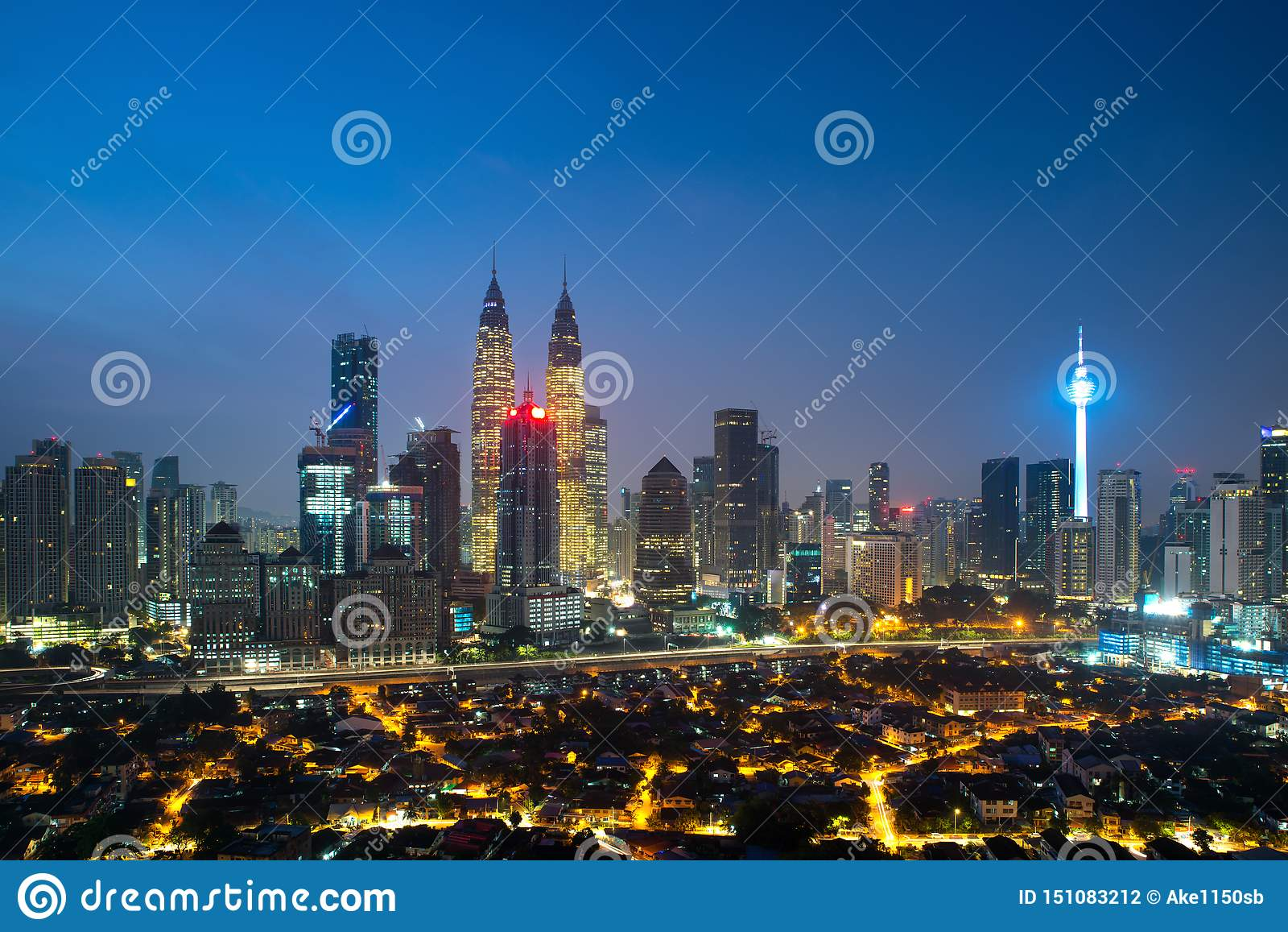 Городской пейзаж Куалаа-Лумпур Панорамный вид горизонта города Куалаа-Лумпур во время небоскребов восхода солнца осматривая строя