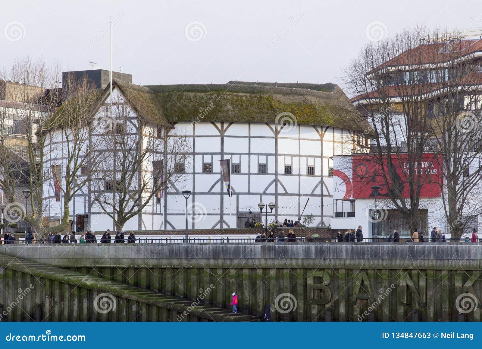 Городской пейзаж Лондона через реку Темза с целью глобуса Shakespeares, Лондон, Англию, Великобританию,