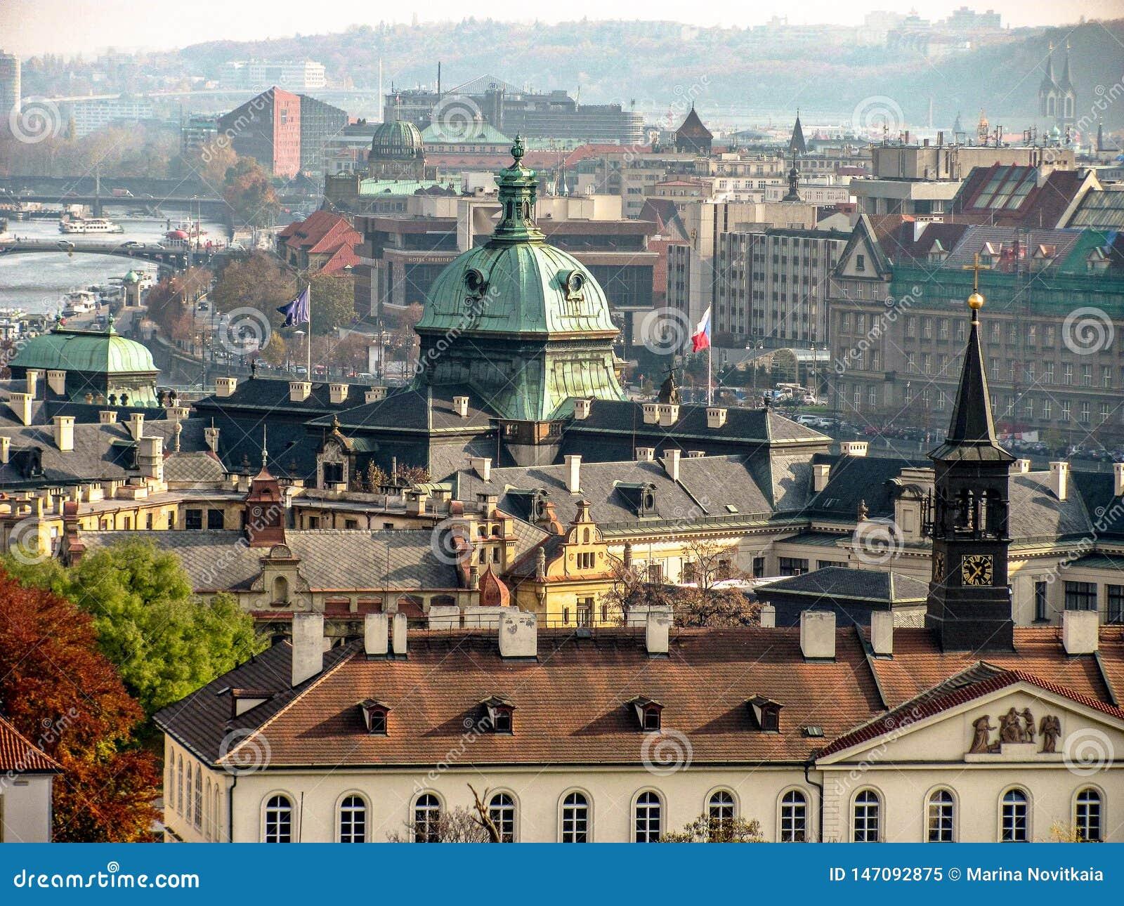 Городской пейзаж старой Праги, крыл крыши черепицей старых домов