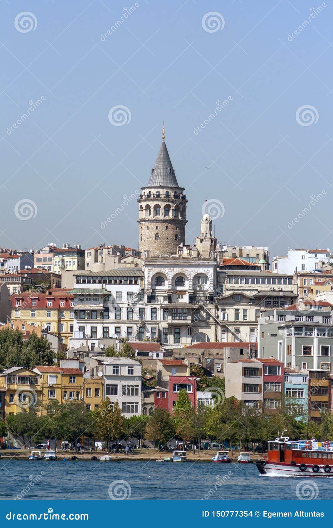 Городской пейзаж с башней Galata и заливом золотого рожка в Стамбуле,