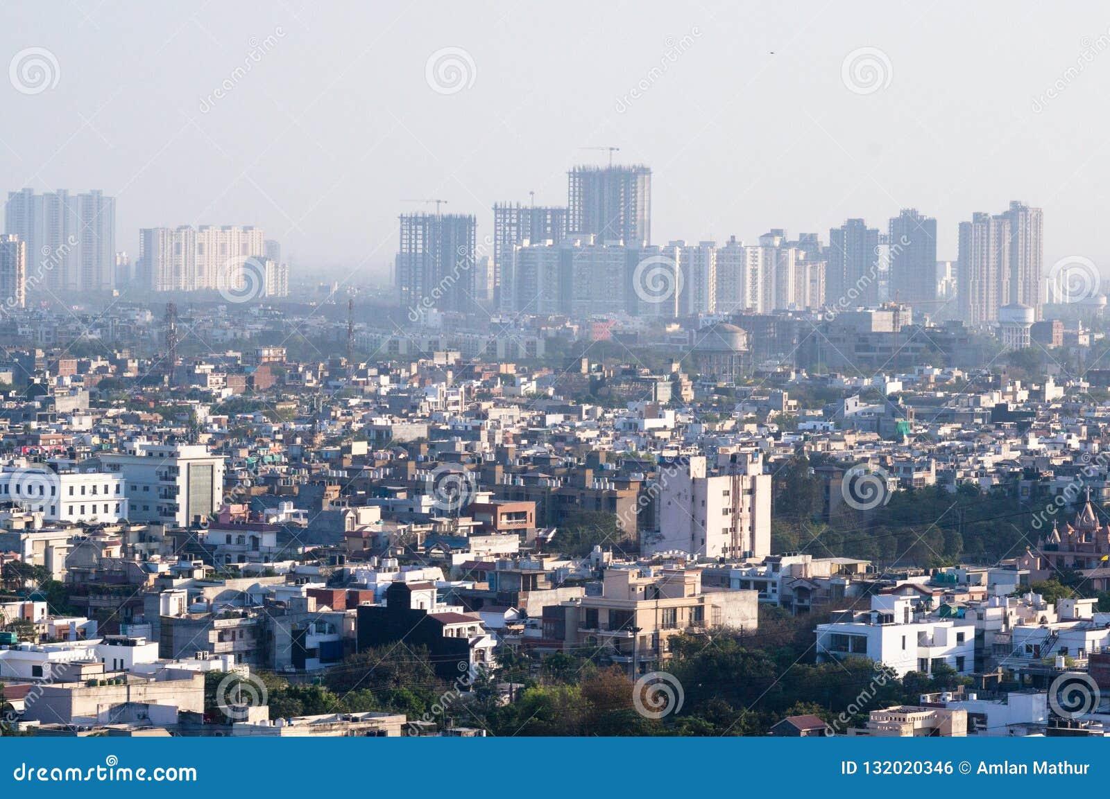 Городской пейзаж с домами, офисами и шаберами неба в noida Дели