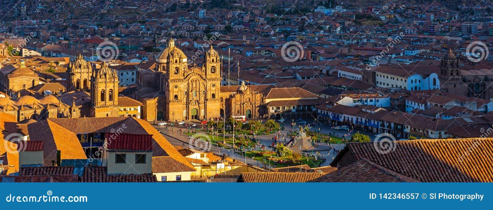 Городской пейзаж Cusco на заходе солнца, Перу