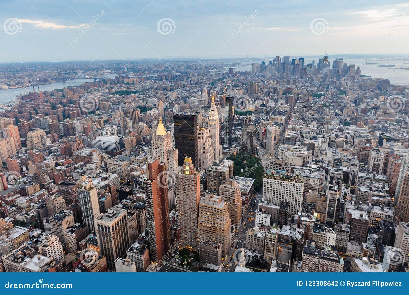городской пейзаж New York вид с воздуха панорамно Заход солнца