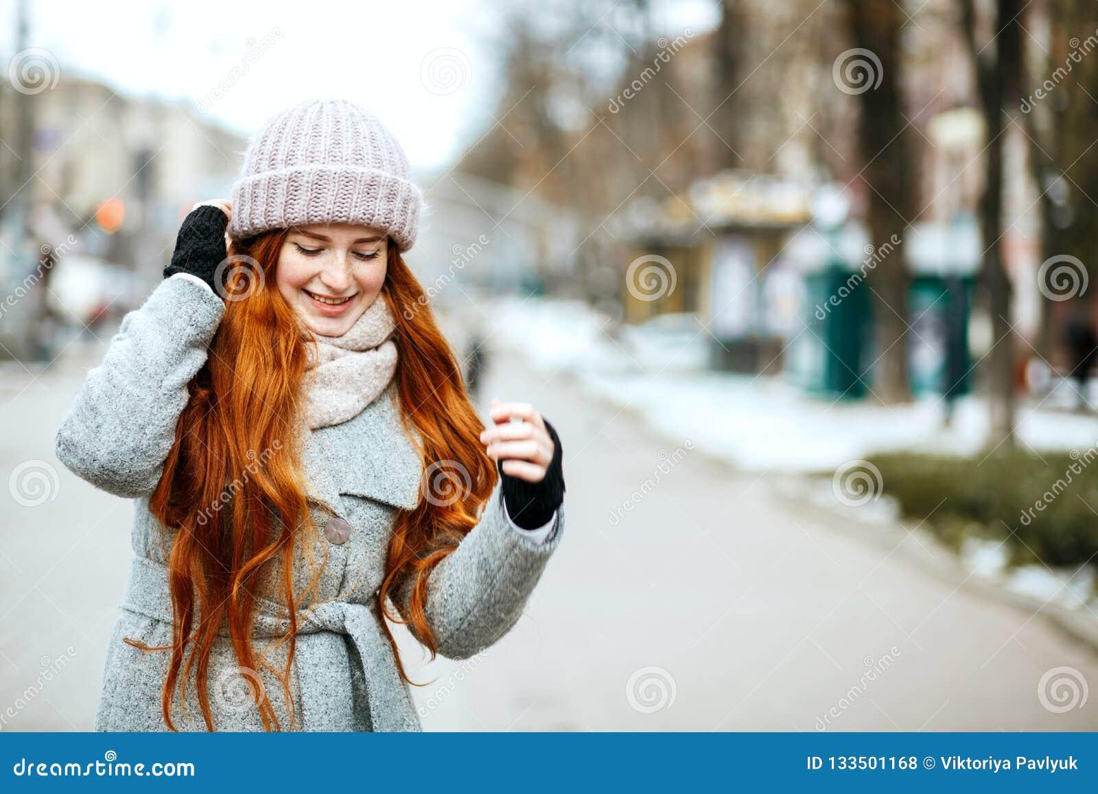 Городской портрет сногсшибательной модели redhead с длинный носить волос