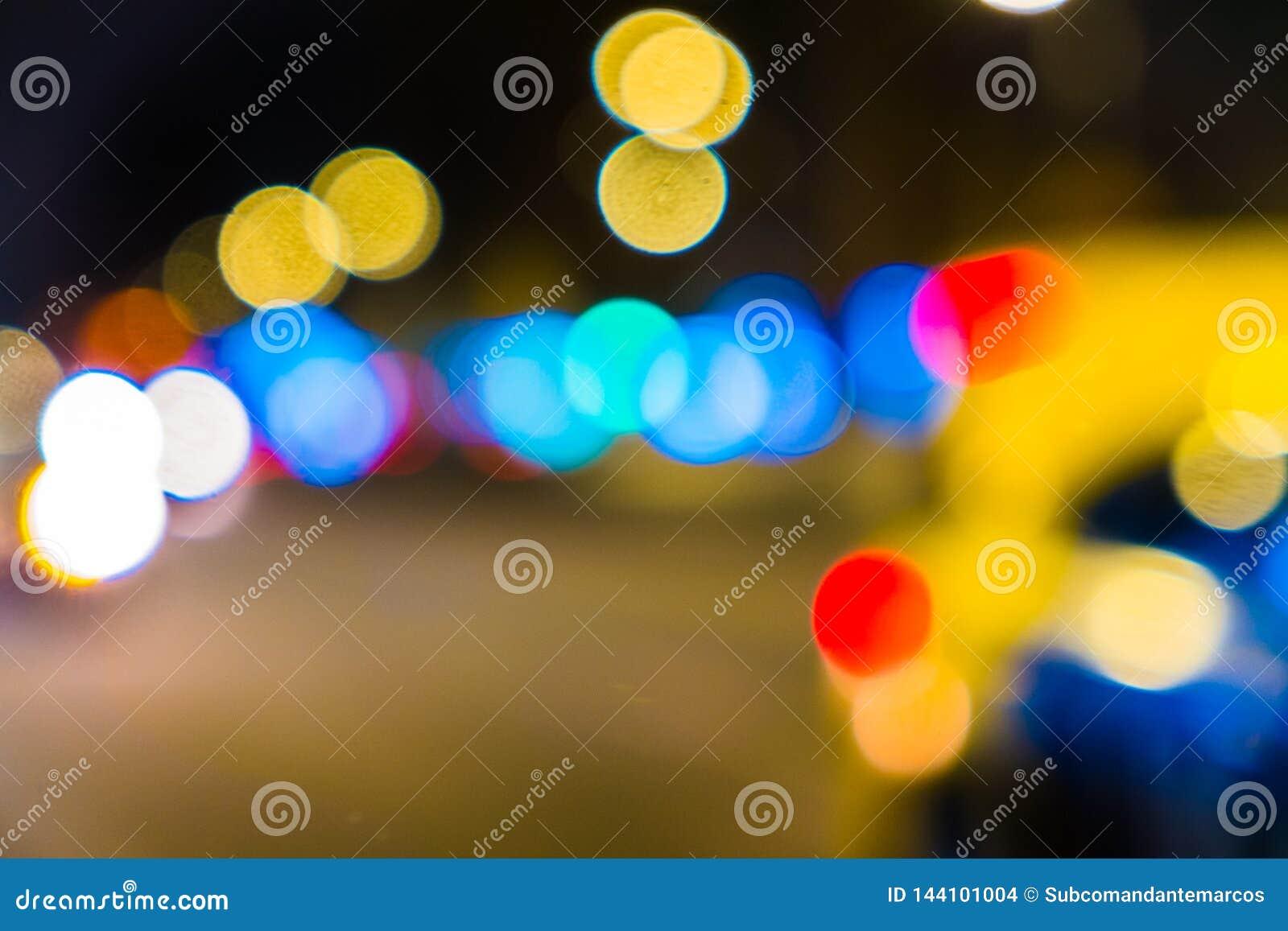 Городской транспорт ночи в гигантской метрополии Предпосылка bokeh города светлая Defocused светофоры ночи