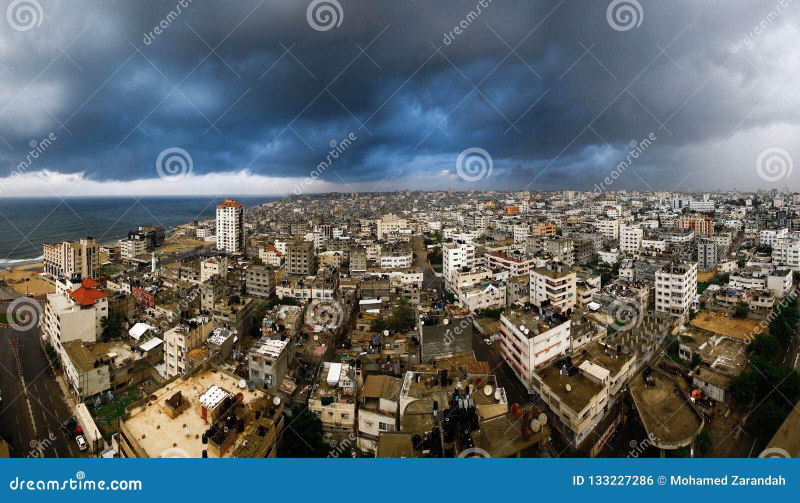 Город Газа во дне заполненном с облаками поднимать