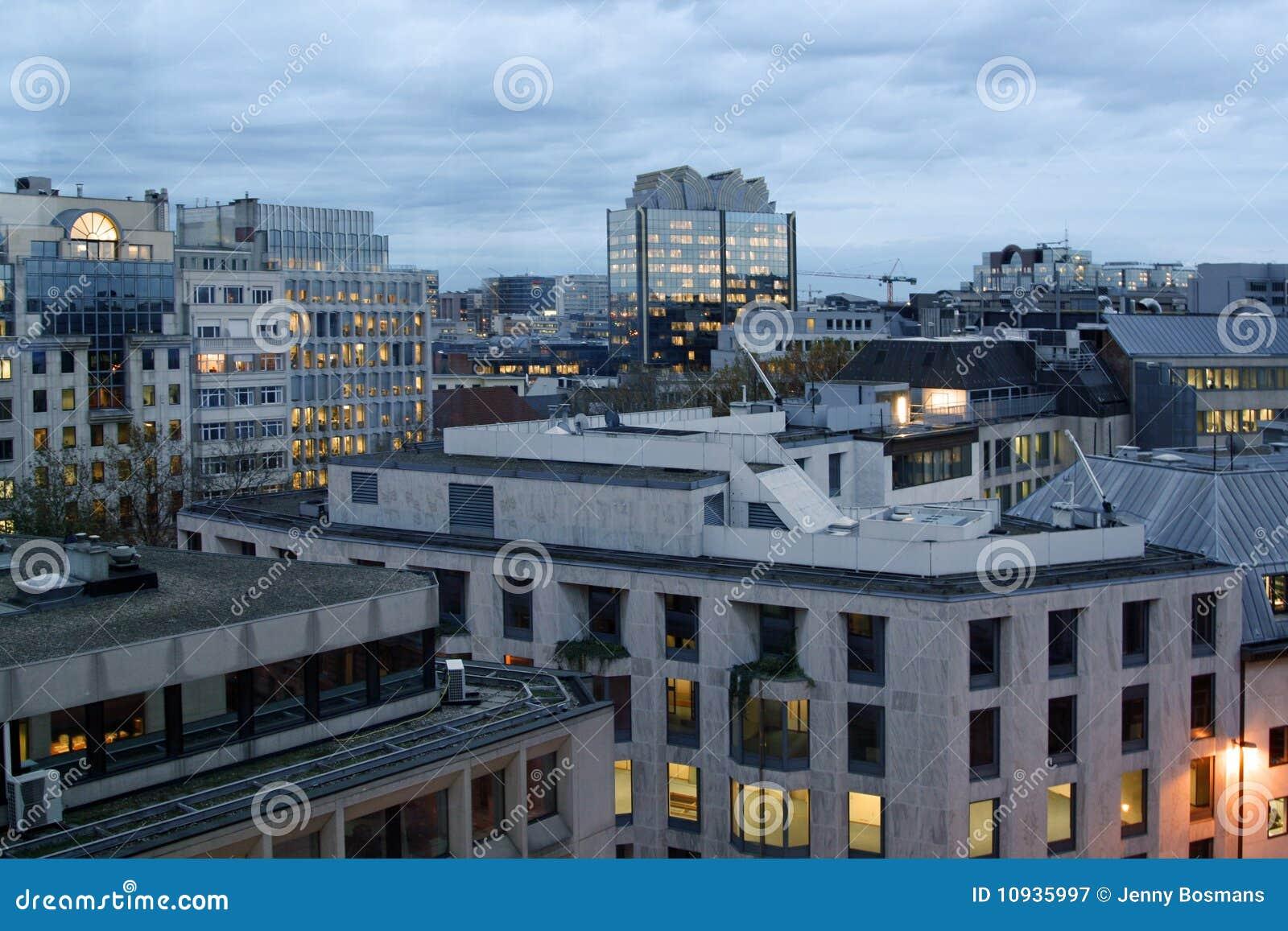город здания освещает офис