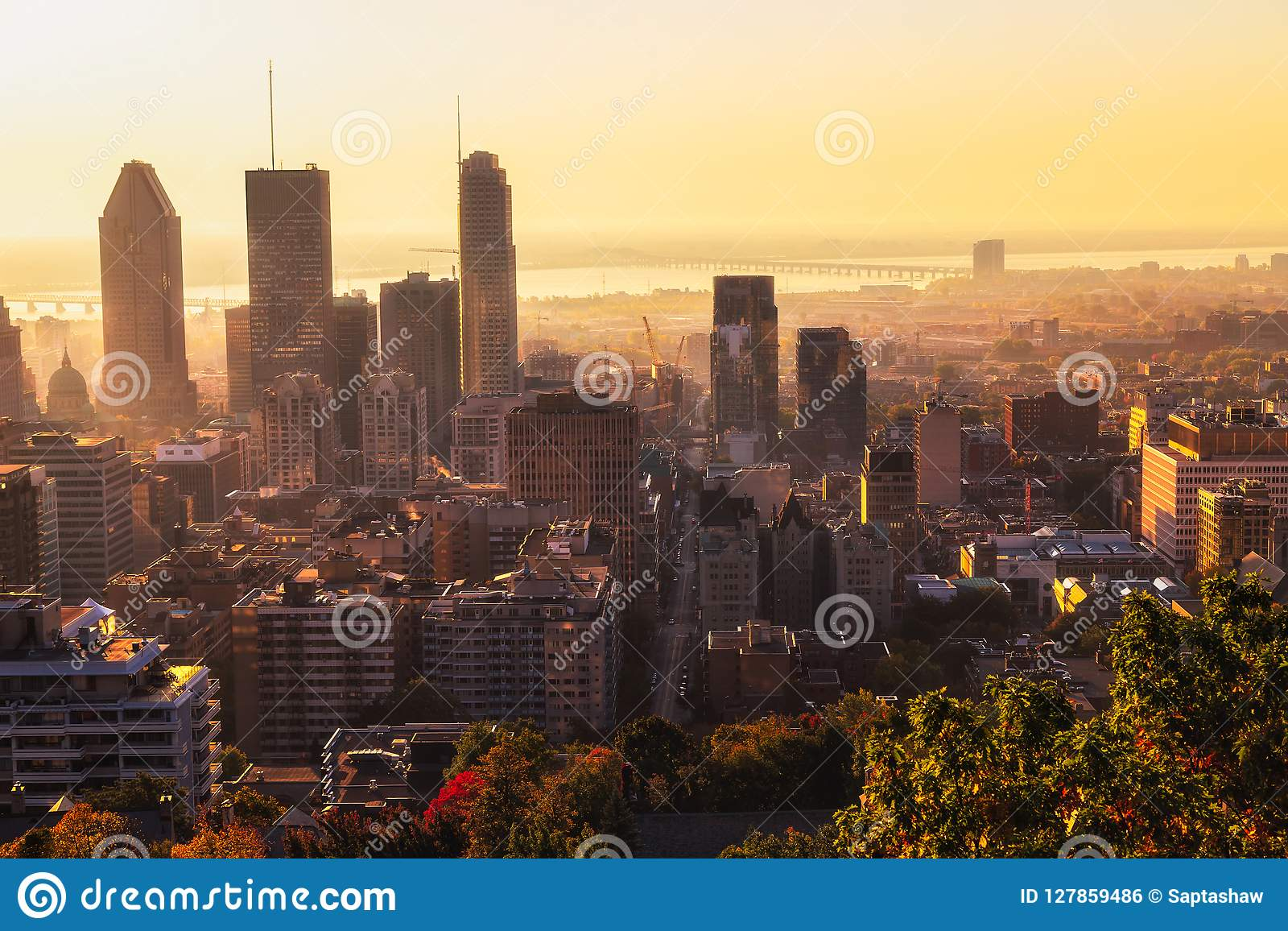 Город Монреаля на восходе солнца
