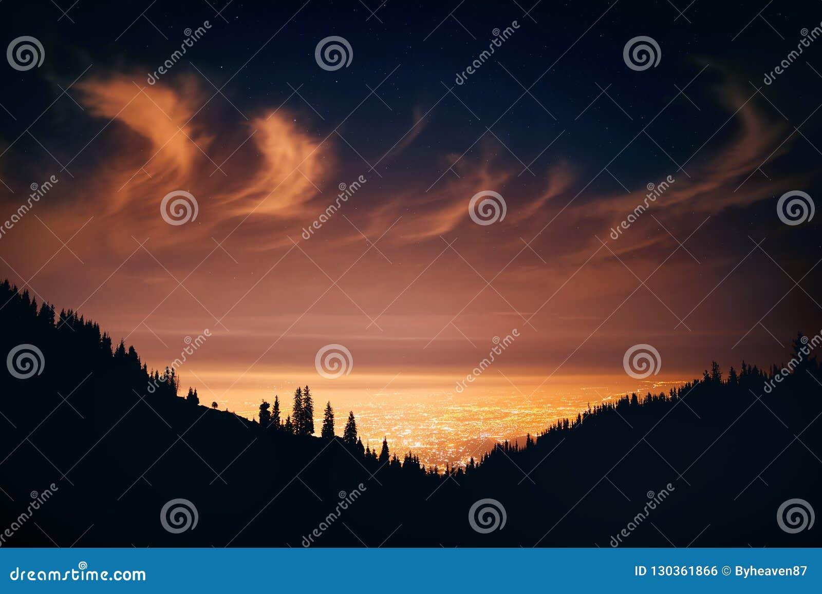 Город ночи на облачном небе