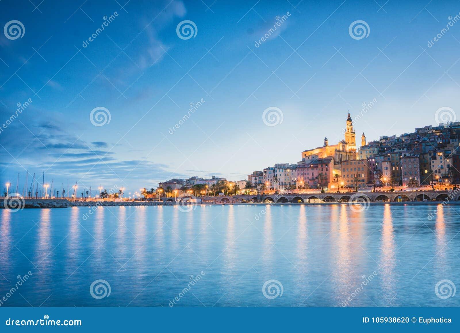 Город Menton на ноче, французской ривьере, голубом настроении захода солнца часа