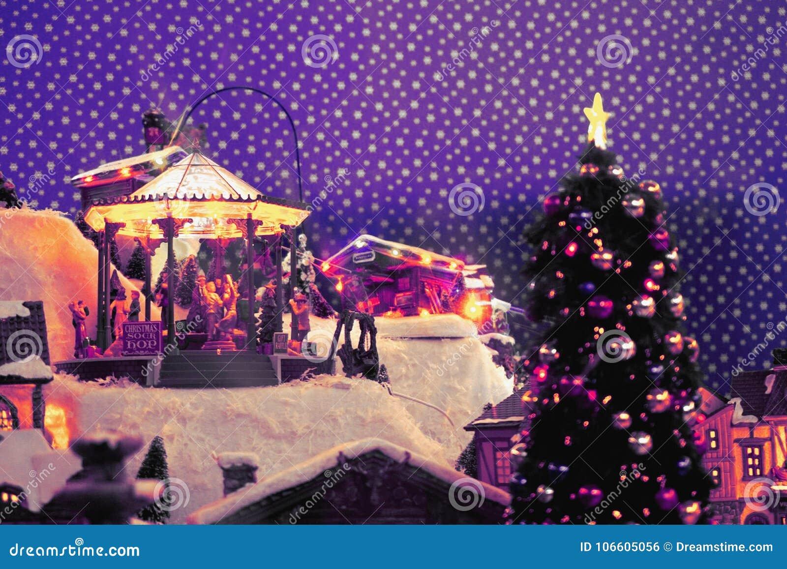 Город ` s Нового Года в миниатюре с carousel для детей, рождественской елкой, дорогами снега Цвета рамки: фиолетовый, фиолетовый,