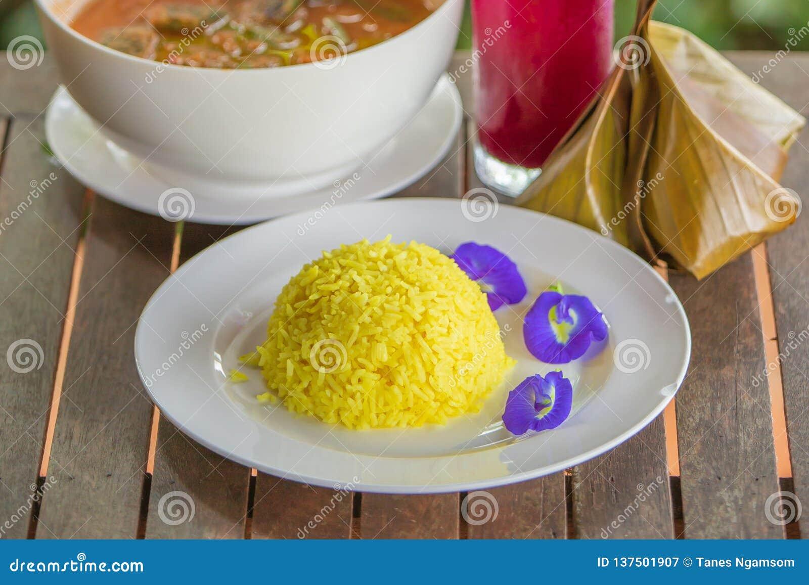 Горох риса и бабочки турмерина на белой плите Тайская кухня традиции на деревянном столе тип тайский Отмелый dept поля конец S
