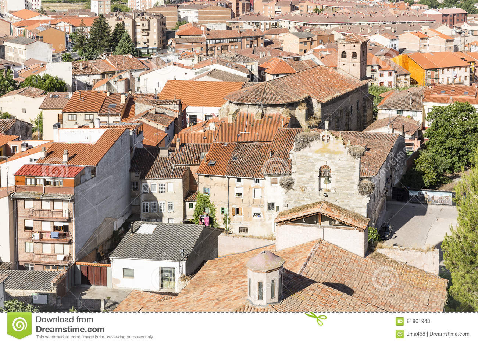 Город включая церковь Santa Maria, провинция Belorado Бургоса, Испании