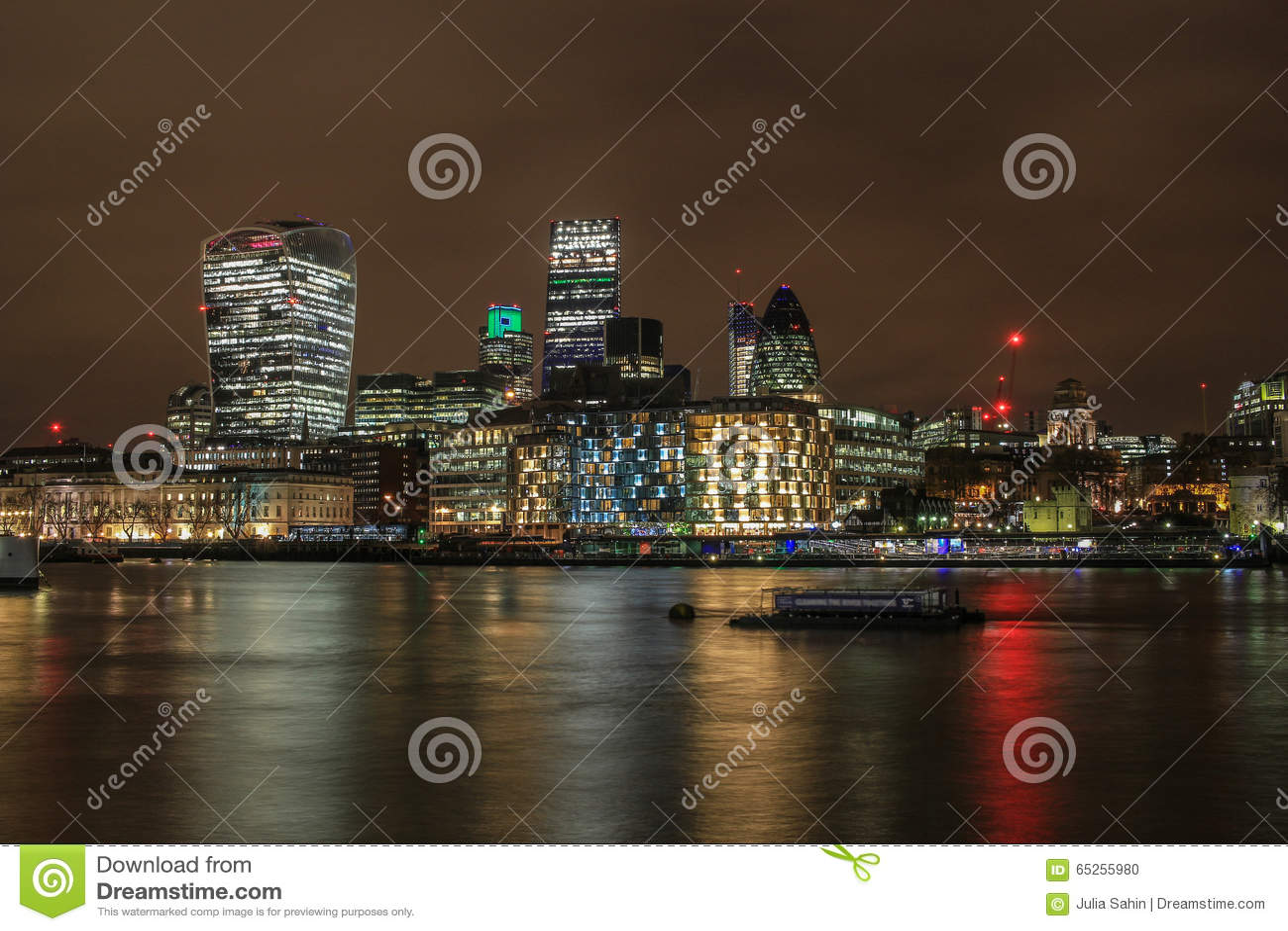 Город горизонта Лондона на ноче