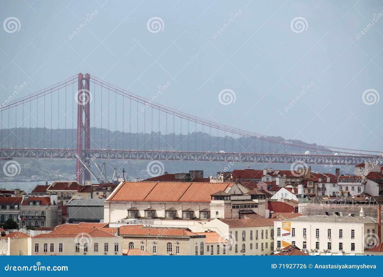 Город Лиссабона исторический и 25th из панорамы моста в апреле, Португалии