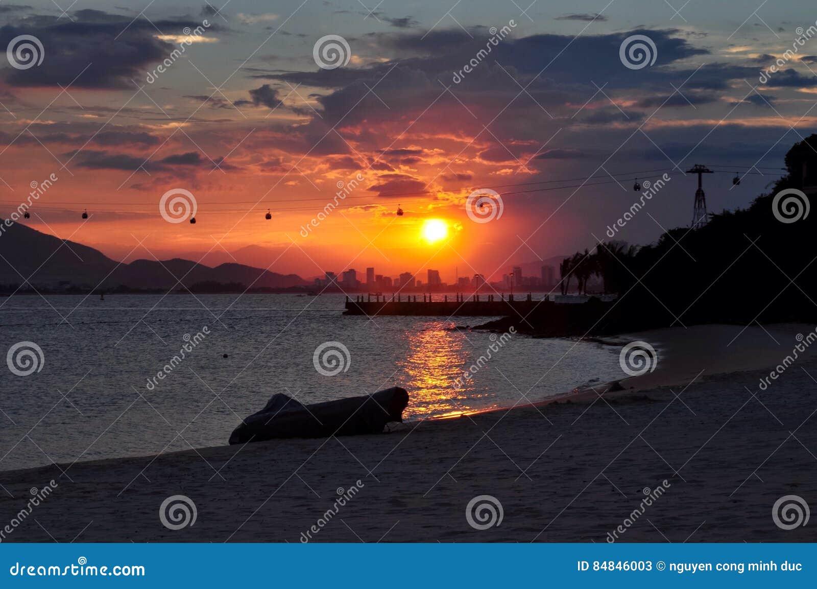 город над заходом солнца