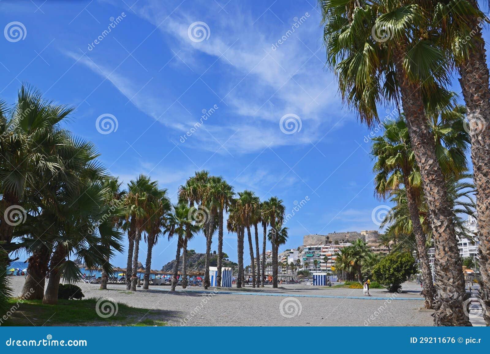 Городок курорта на море Almunecar в Испании, панораме