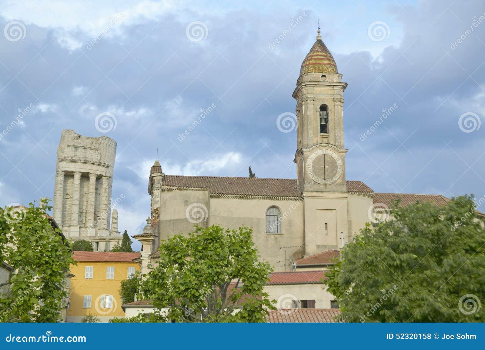 Городок Ла Turbie с des Alpes и церковью Trophee, Францией