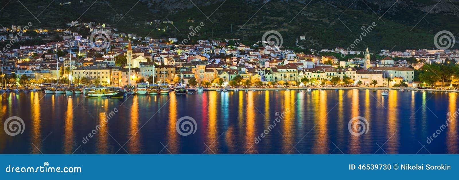городок ночи makarska Хорватии