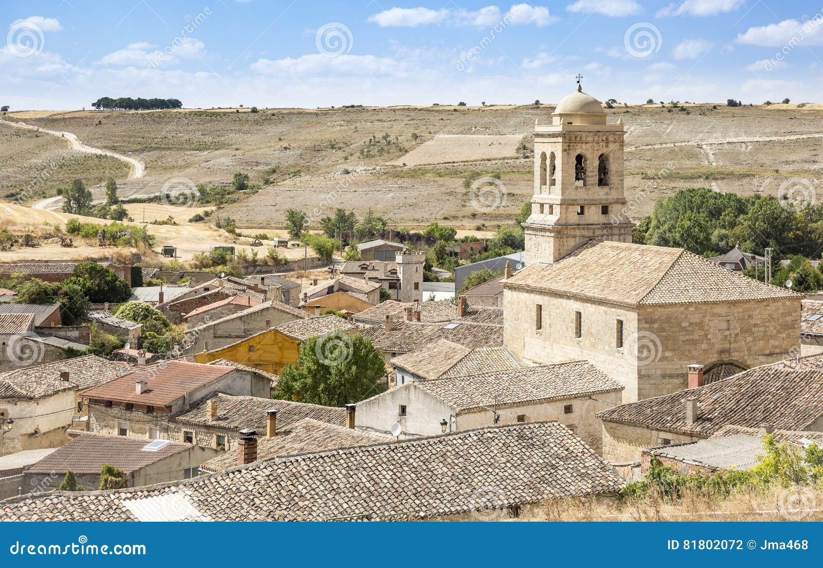 Городок Hontanas и церковь Inmaculada Консепсьона, провинция Бургоса, Испании
