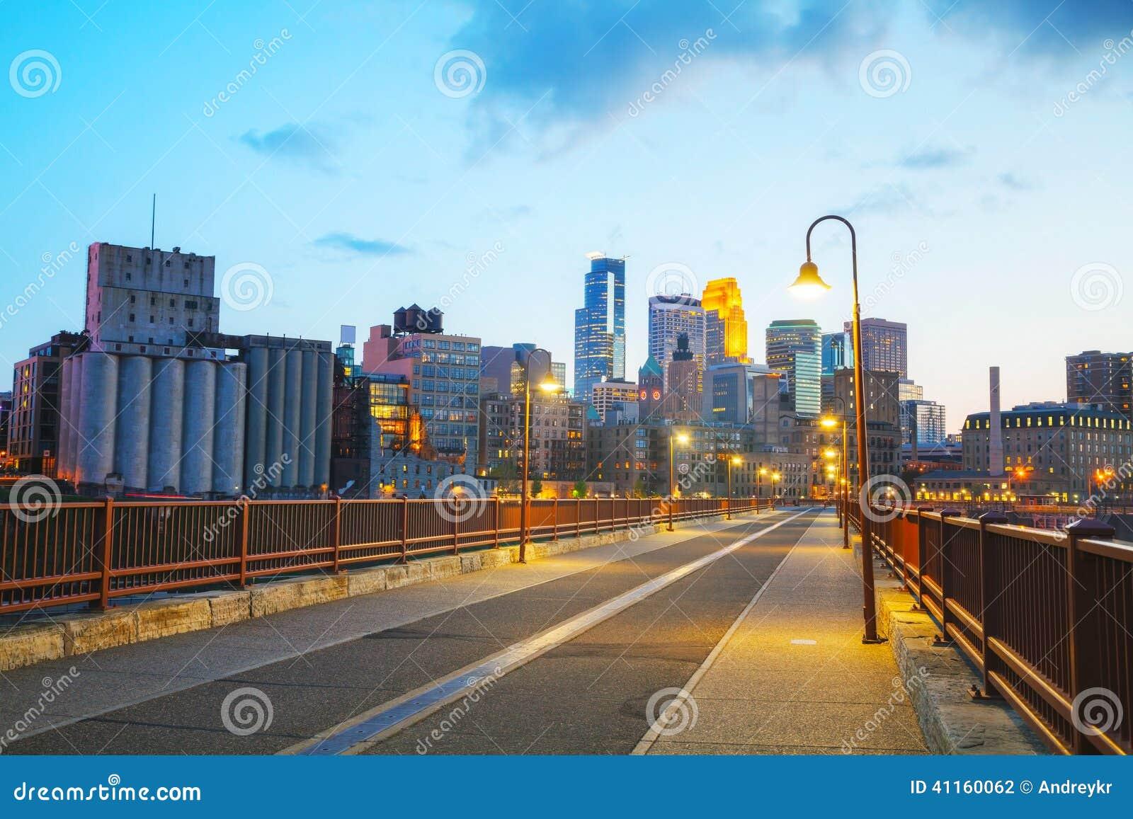Городское Миннеаполис, Миннесота на nighttime