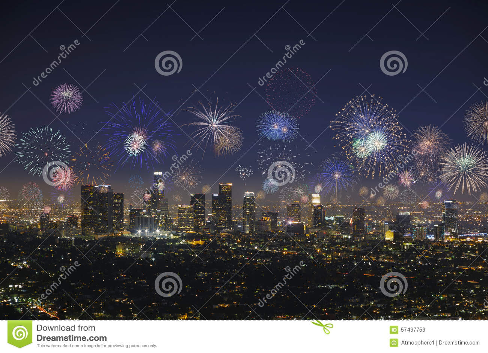 Городской городской пейзаж Лос-Анджелеса с взрывая фейерверками во время Новых Годов Eve