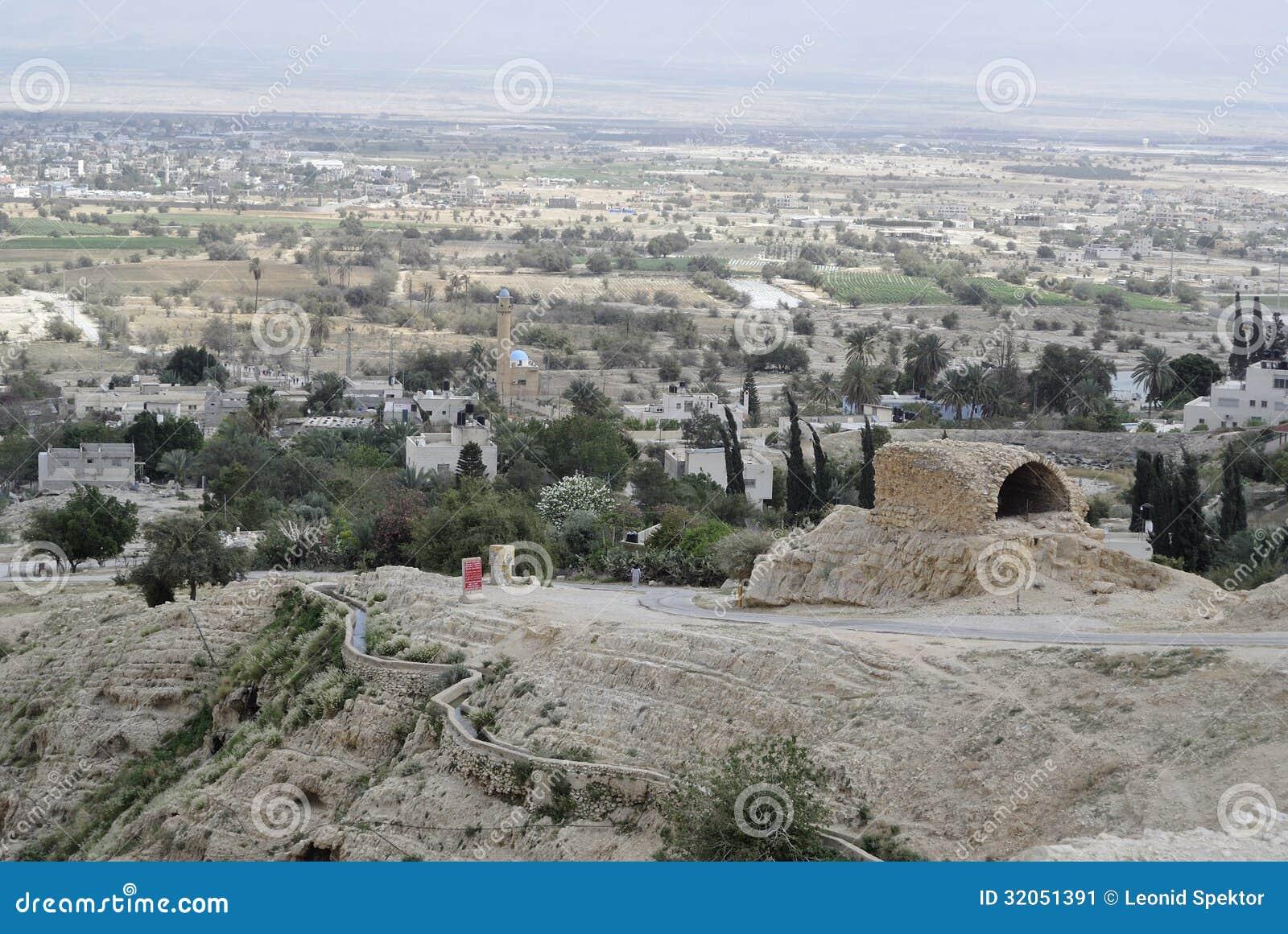 Городской пейзаж Иерихона от пустыни Иудеи.