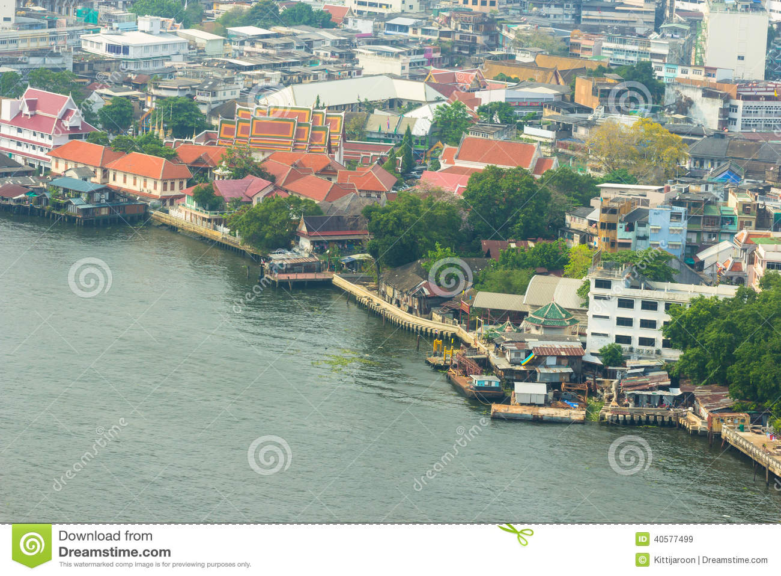 Городской пейзаж на взгляде портового района высоком