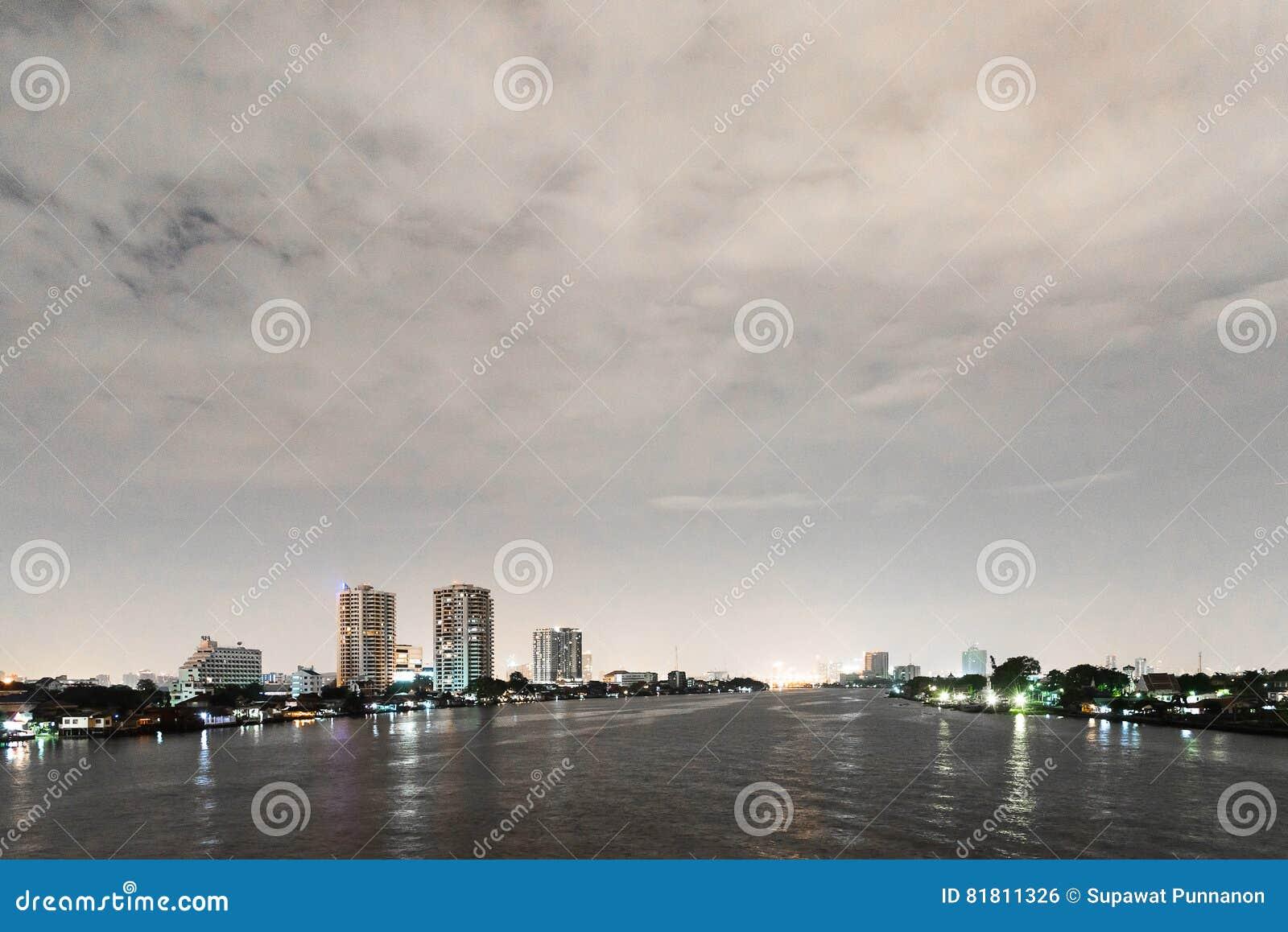 Городской пейзаж ночи реки в городе Бангкока, Таиланде