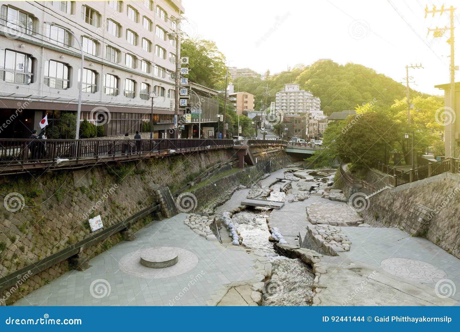 Городской центр пропуска потока горячего источника пропуская Arima Onsen в Kita-ku, Кобе, Японии