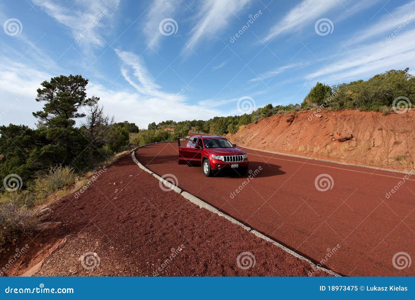 горы автомобиля высокие с красного гудронированного шоссе дороги