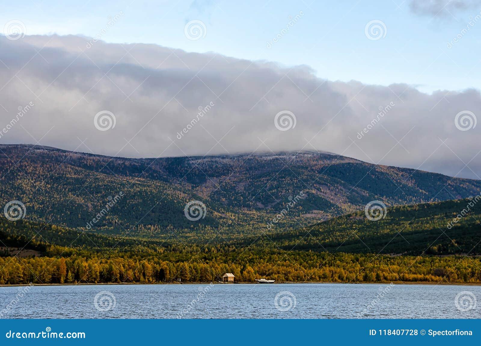 Горы благоустраивают на восходе солнца - облачном небе в пастельных цветах для вашего дизайна Романтичный seascape - взгляд взмор