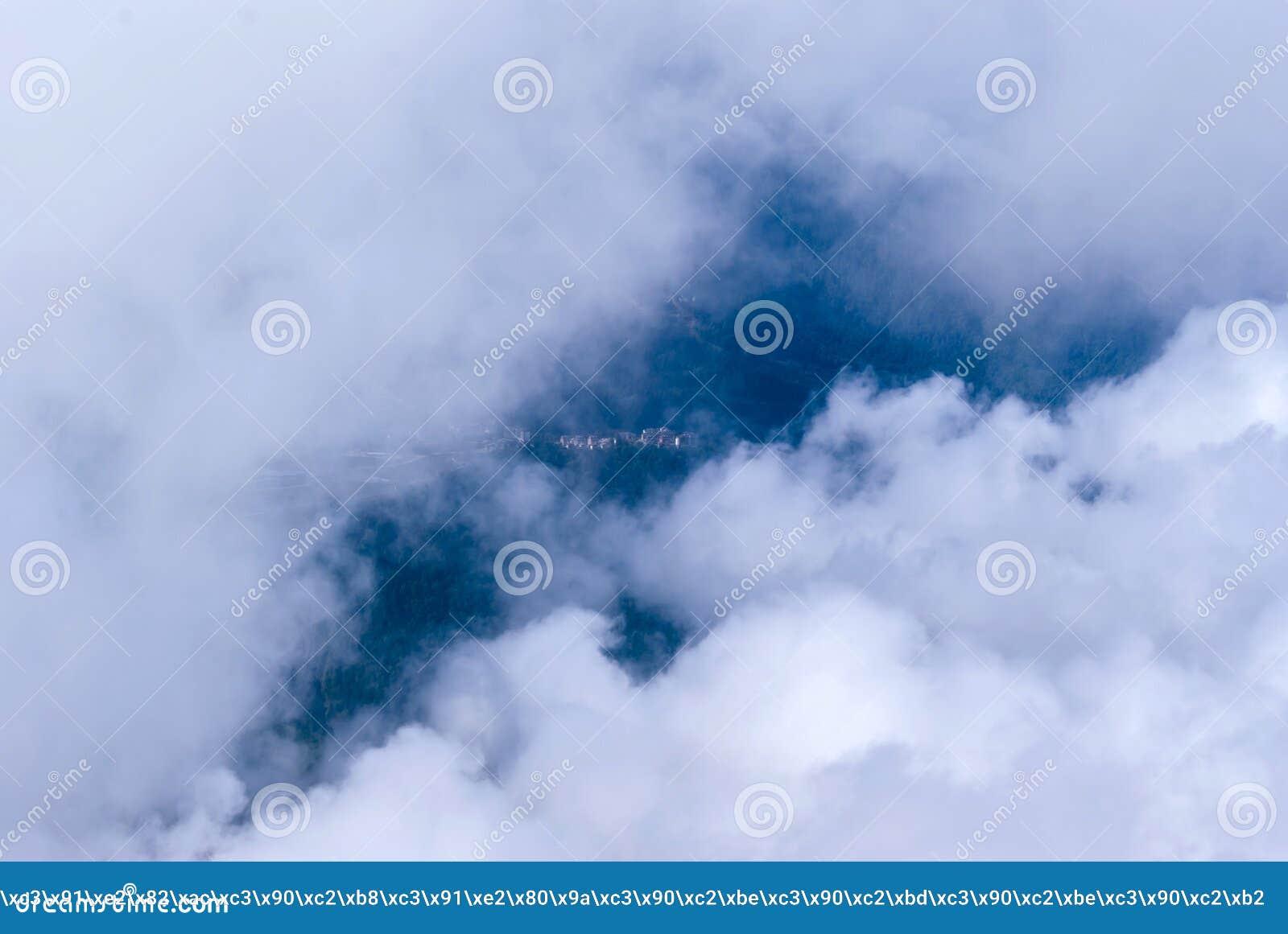 Горы видимы в облаках