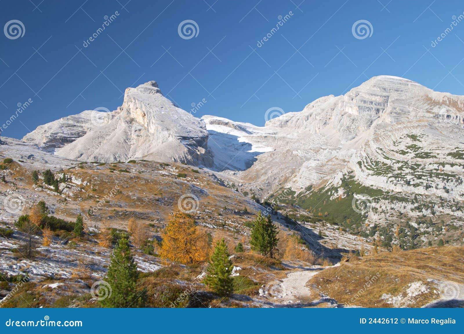 горы доломитов осени