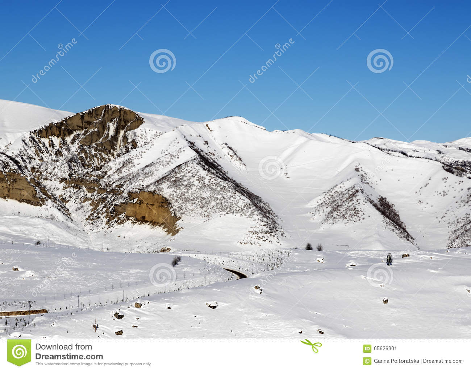 Горы зимы Snowy на славном утре солнца
