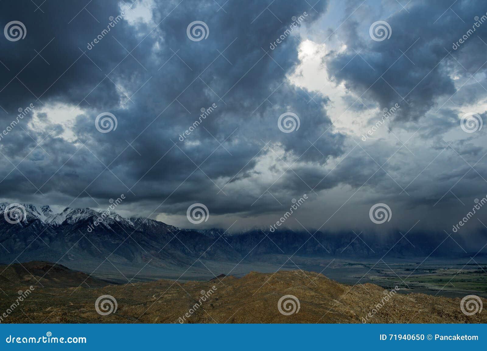 горы над штормом