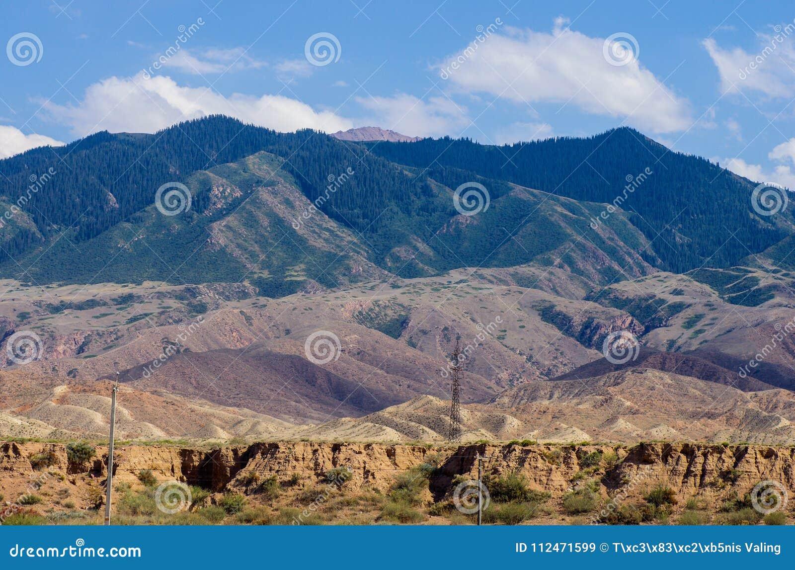 Горы около озера Issyk- Kul в Кыргызстане во время сезона лета