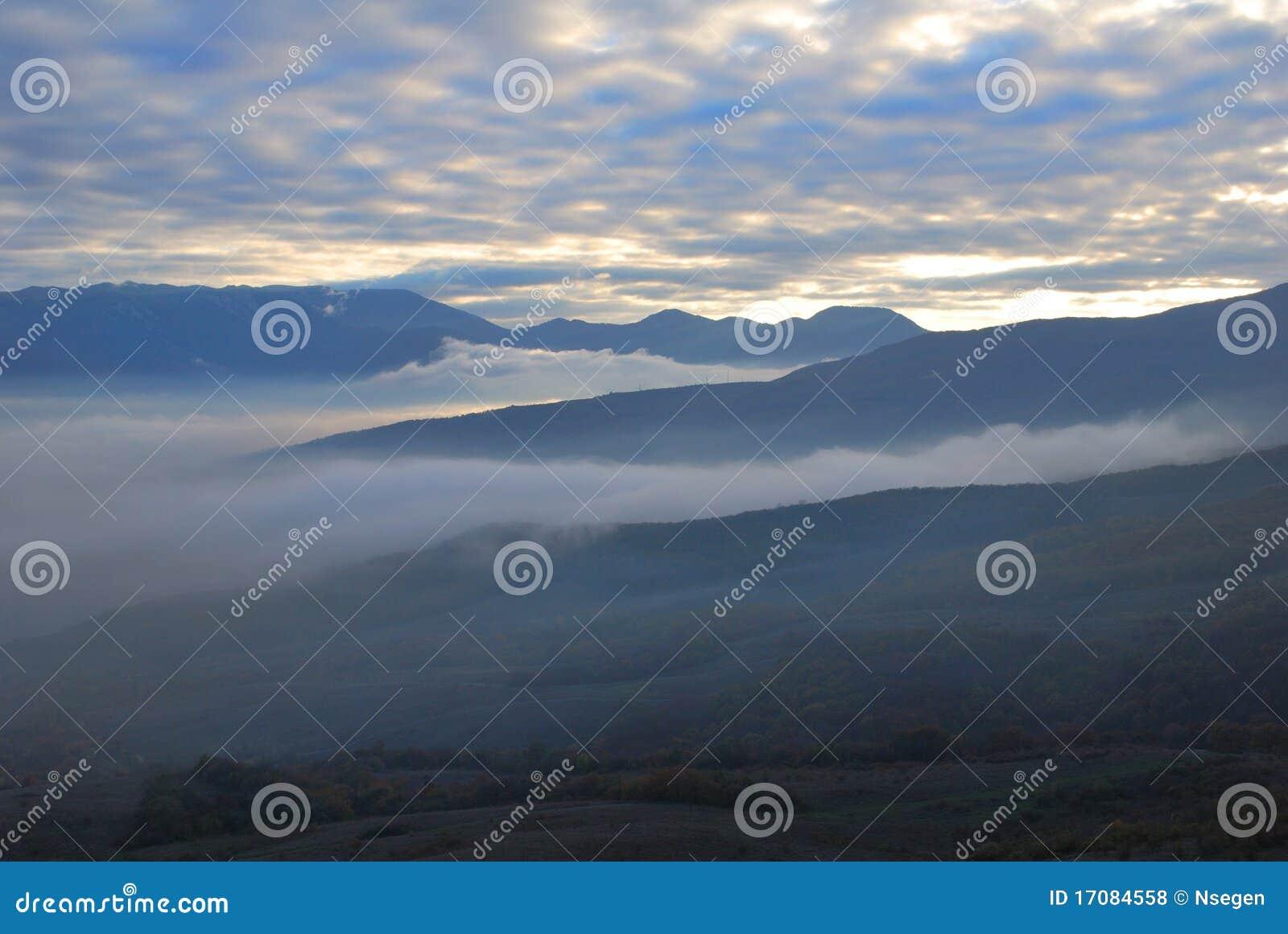 горы тумана вечера