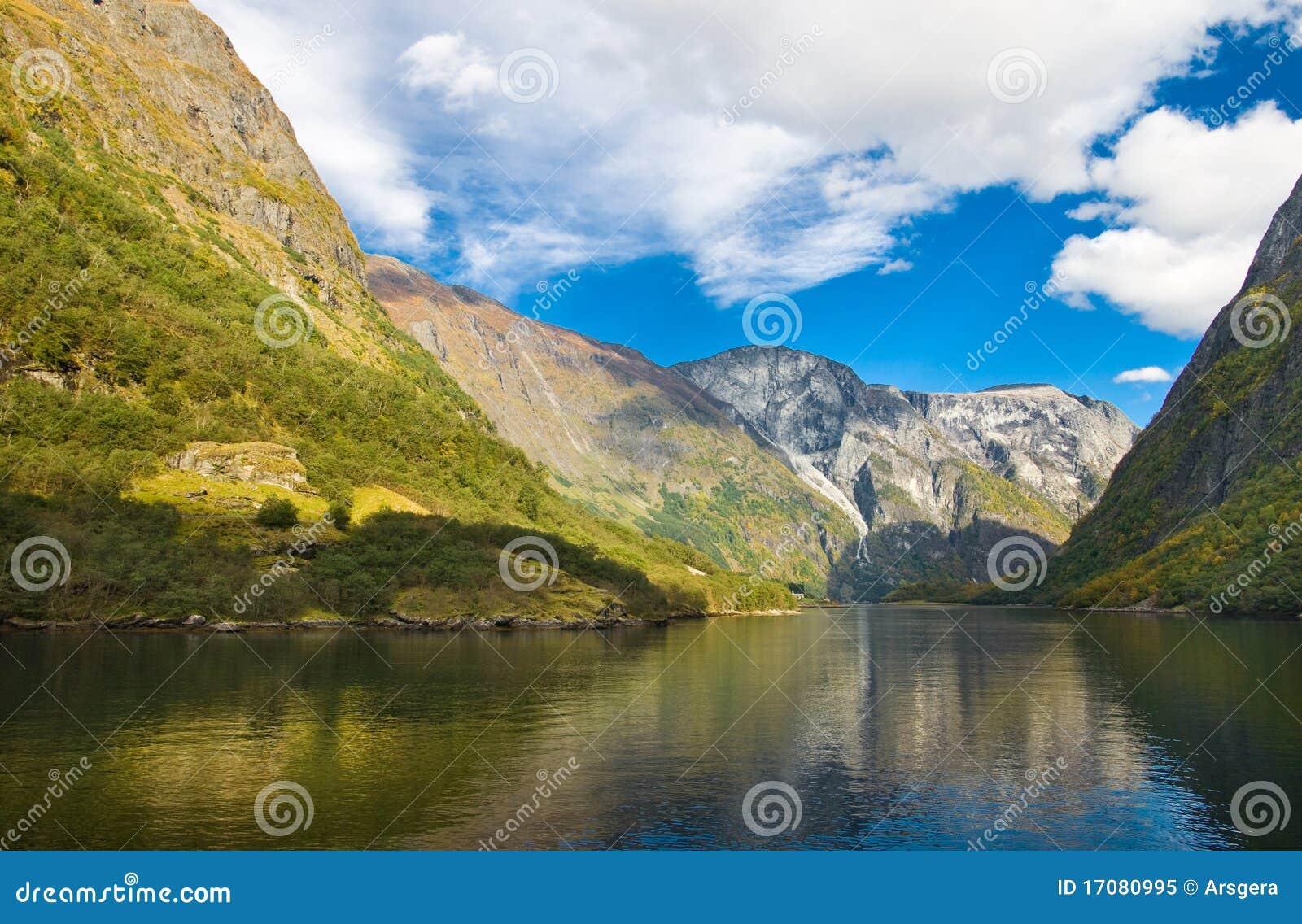 горы фьорда осени норвежские