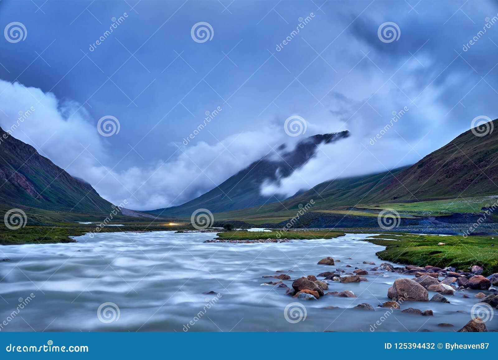 Download горы kyrgyzstan стоковое фото. изображение насчитывающей green - 125394432