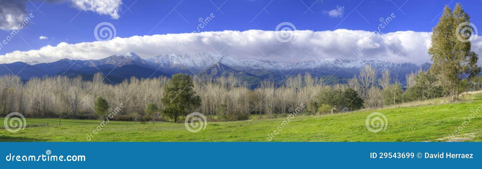 Горы Snowy и зеленая долина в Сьерре de Gredos, Авила, Испании