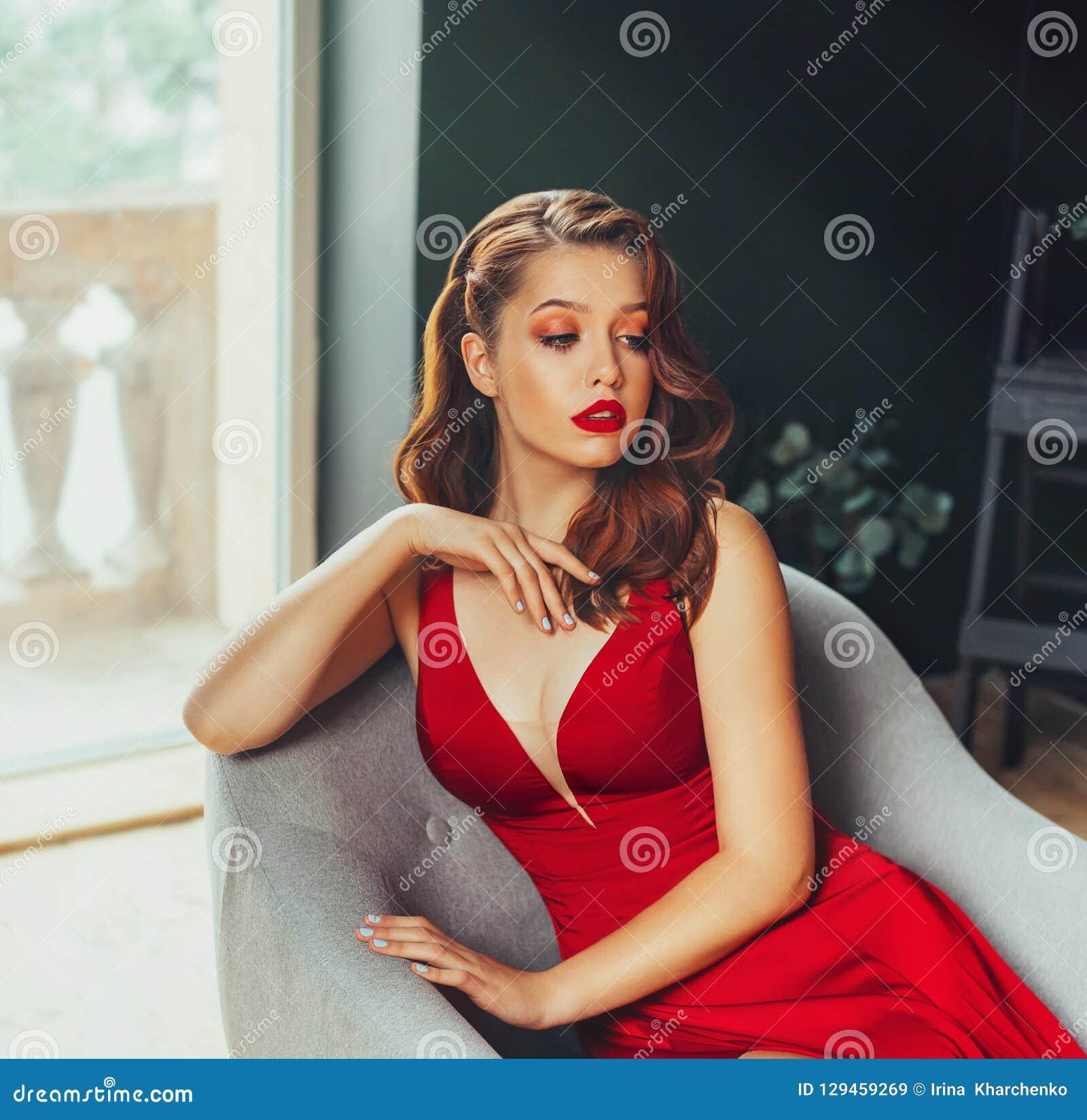 Женнщина сексуально сидит