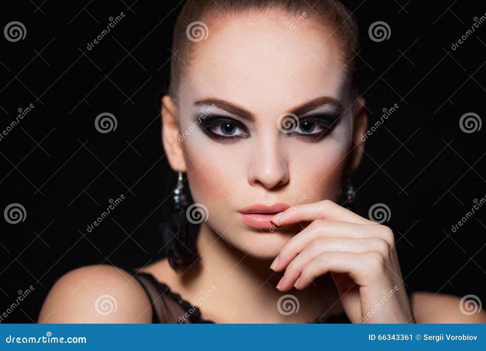 Горячая модель с сексуальным составом губ, сильные брови молодой женщины, чистая сияющая кожа Красивый портрет моды очарования