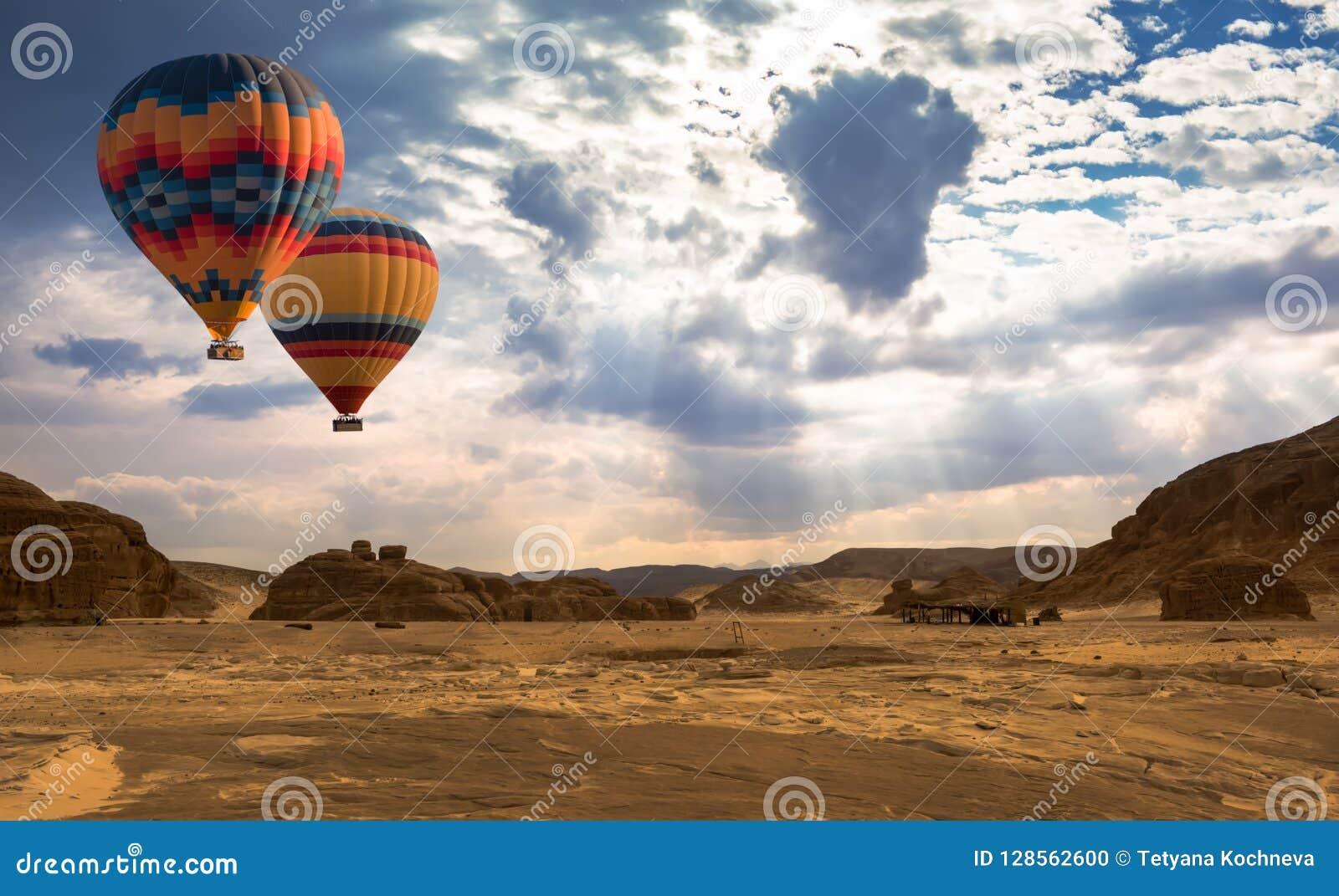Горячее перемещение воздушного шара над пустыней