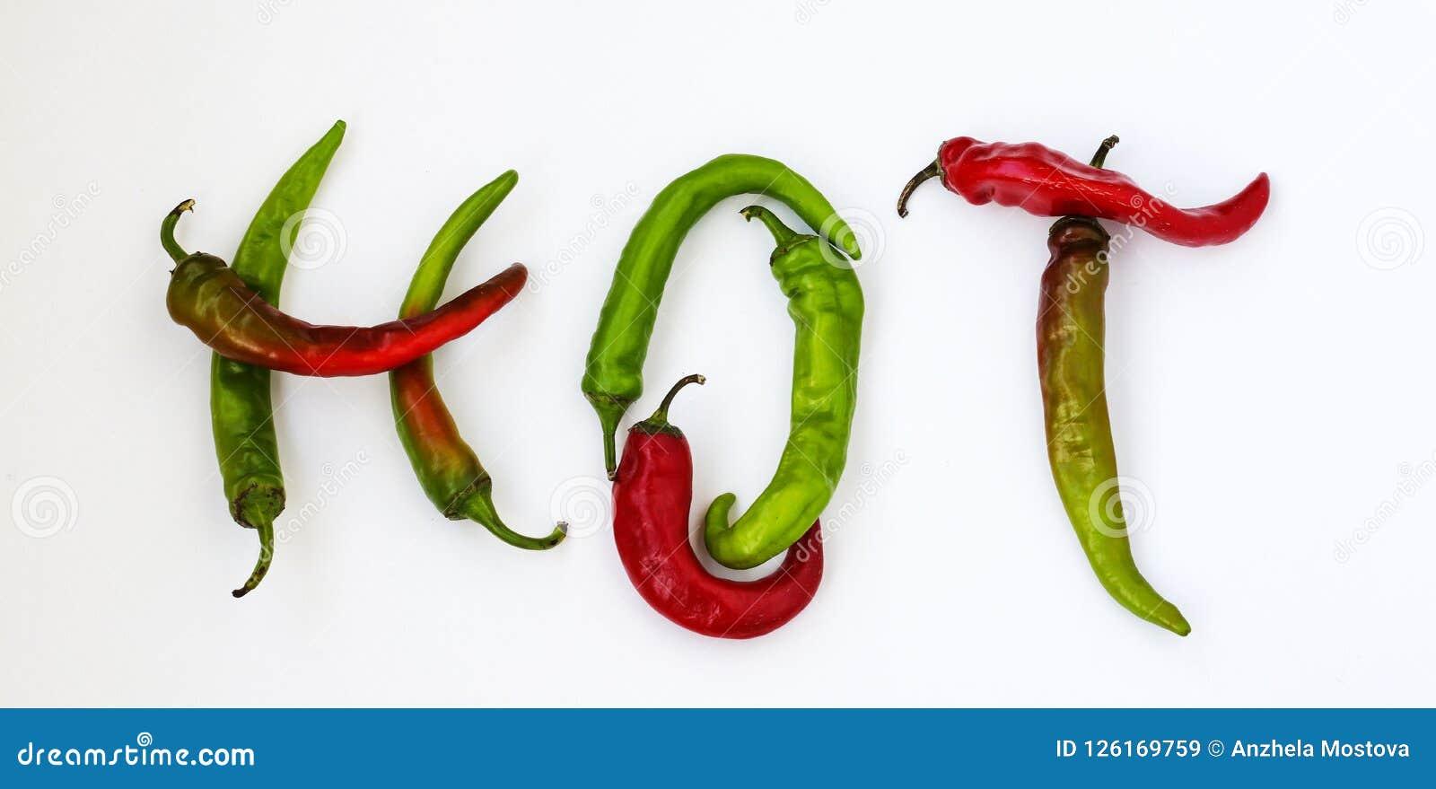 Горячее слово сделанное от красного и зеленого перца горячего chili на белой предпосылке