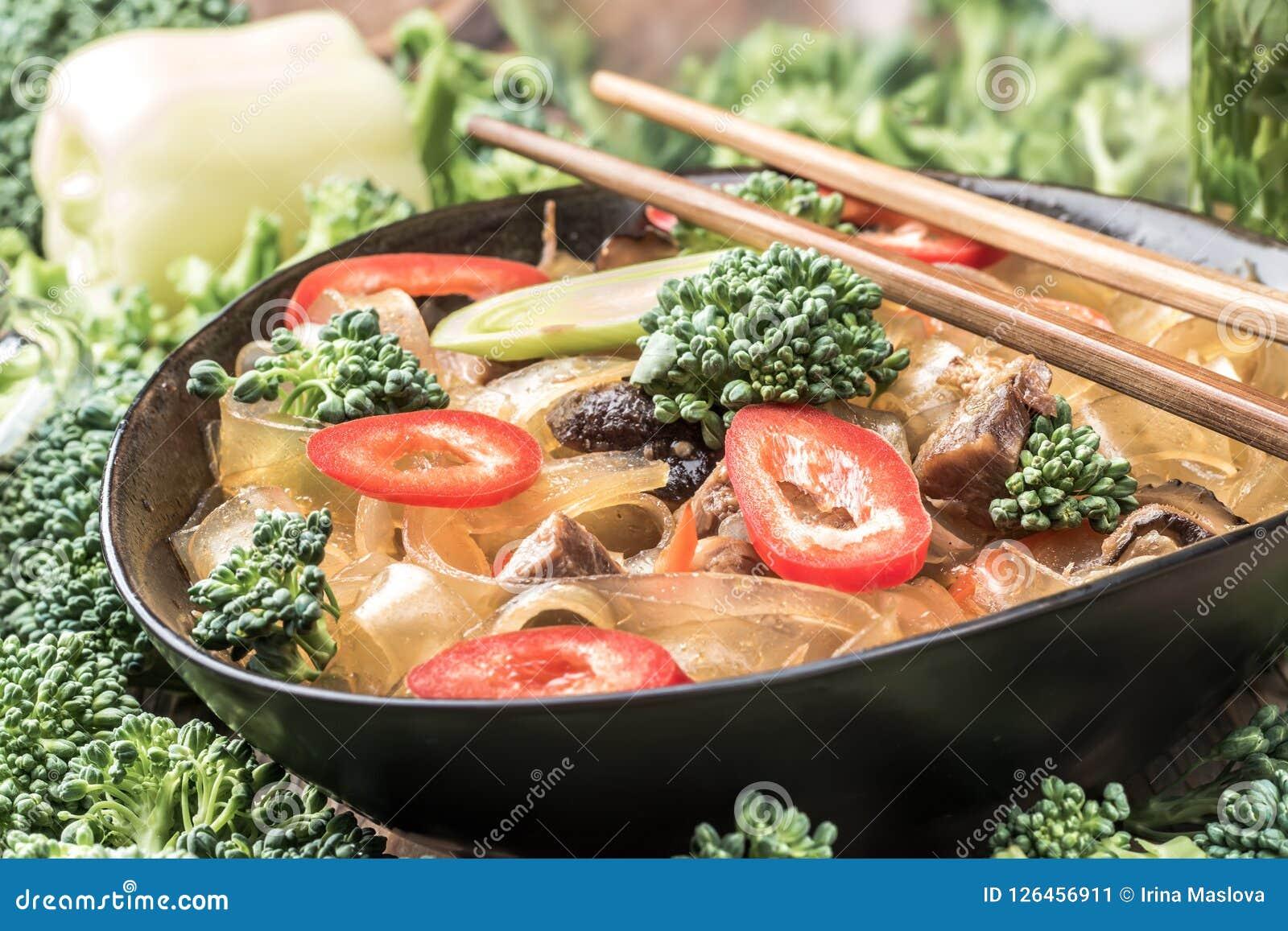 Горячие азиатские фасоли fungosa mung лапшей граненого стекла пряного блюда толстые в сладостном кислом соусе