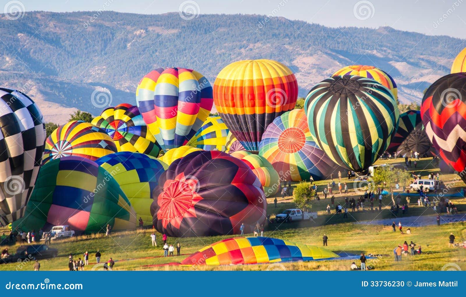Горячие воздушные шары подготавливают для старта