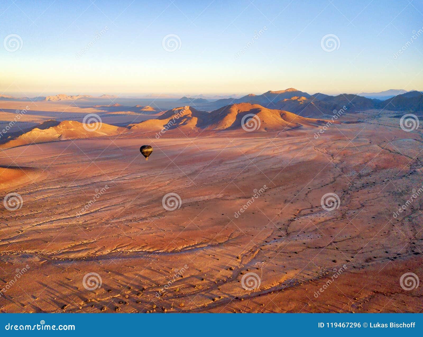 Горячий воздушный шар над намибийской пустыней принятой в январе 2018