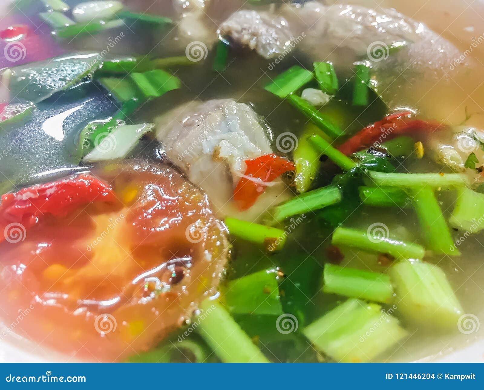 Горячий и пряный суп с нервюрами свинины, тайская еда стиля Суп хрящевины свинины Тома yum с томатом и лук листают