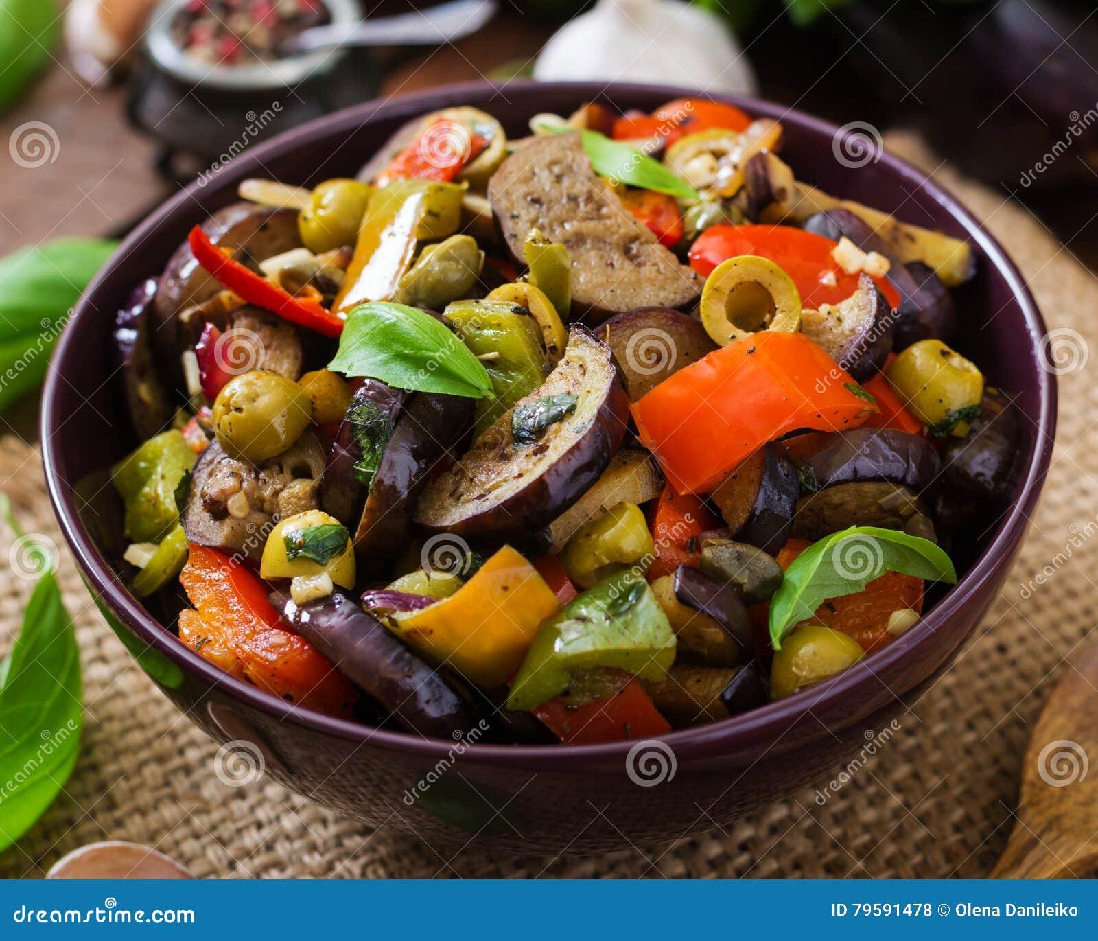 Горячий пряный баклажан тушёного мяса, сладостный перец, оливки и каперсы